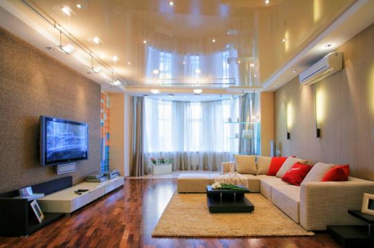 Глянцевый потолок с точечными светильниками