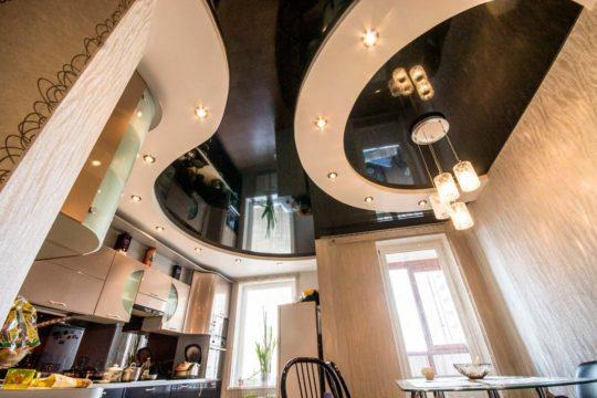 Многоуровневая конструкция с глянцевым потолком