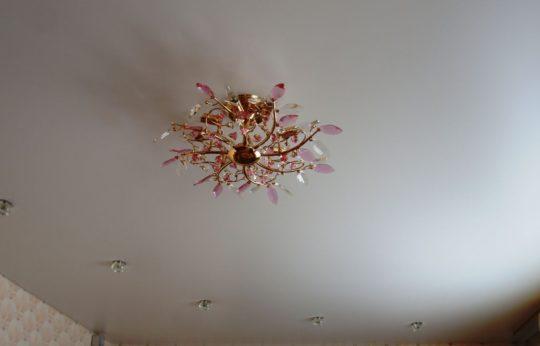 Натяжной потолок из сатина с подсветкой