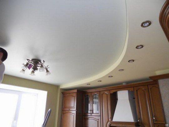 Двухуровневый сатиновый потолок с люстрой и точечной подсветкой