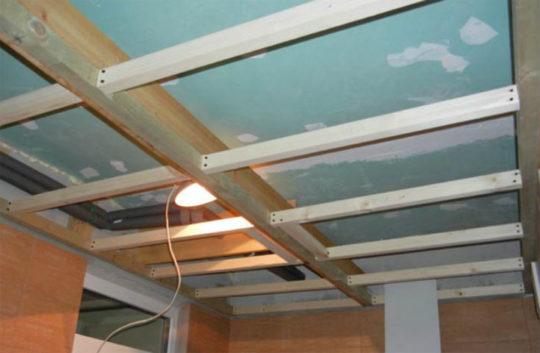 Деревянный каркас для потолка из гипсокартона