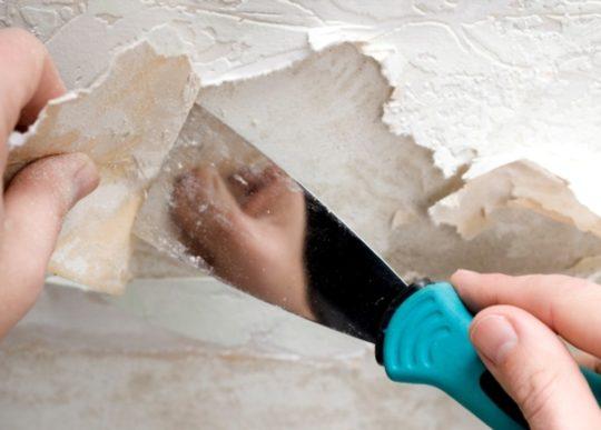 Снятие старого покрытия с потолка