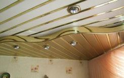 Потолок обшитый пластиковыми панелями