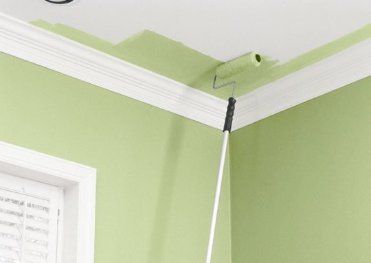 Покраска потолка водоэмульсионной краской