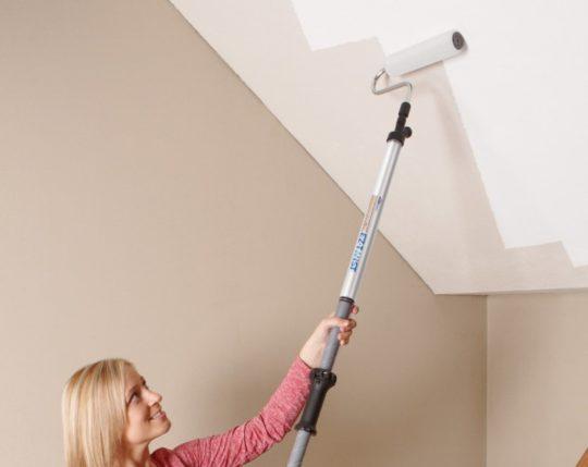 Покраска потолка валиком с телескопической ручкой