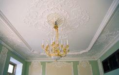 Как выбрать плинтус для потолка