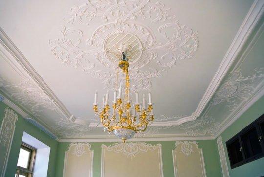 Потолок с плинтусом