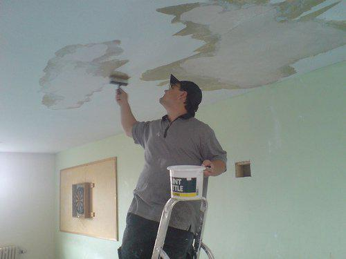 Желтые пятна на потолке из гипсокартона