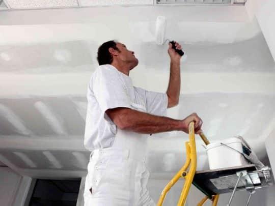 Нанисение грунтовки на потолок