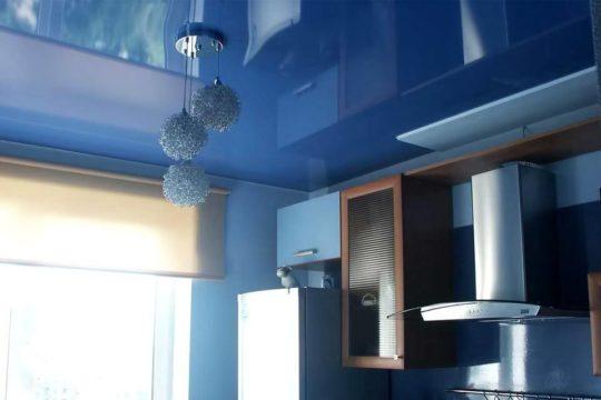 Глянцевый натяжной потолок с люстрой