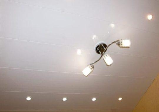 Люстра на потолке из ПВХ-панелей