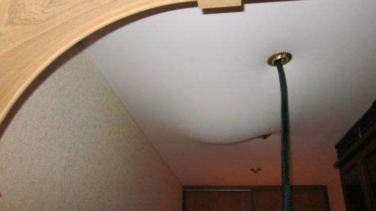 Откачивание воды через отверстие под светильник