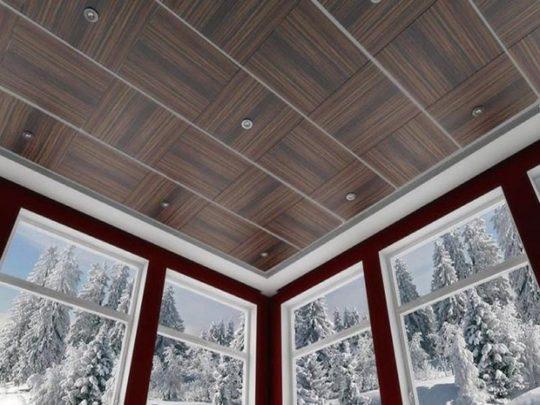 Потолок отделанный МДФ панелями