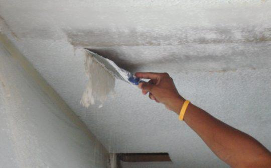 Удаление обоев с потолка