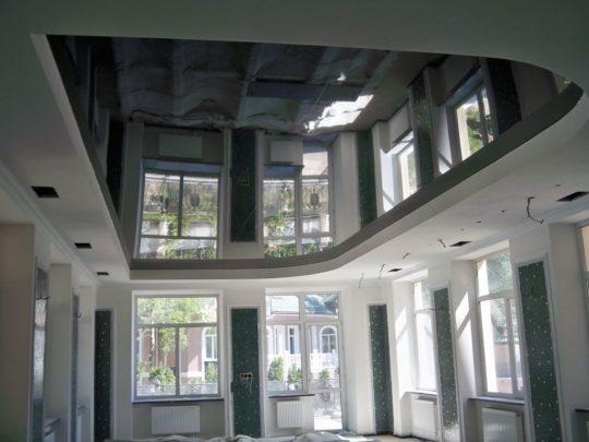 Дизайн комнаты с глянцевым потолком
